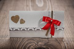 Cartão branco do convite do casamento na madeira Foto de Stock