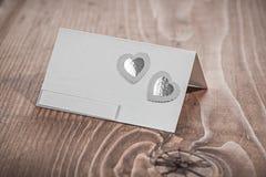 Cartão branco do convite na madeira velha Fotos de Stock