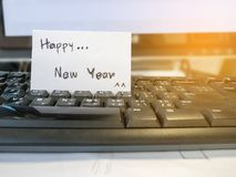Cartão branco do post-it do ano novo feliz Fotografia de Stock Royalty Free