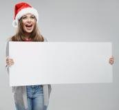 Cartão branco grande da posse da mulher do Natal Santa Hat Isolado Imagens de Stock Royalty Free