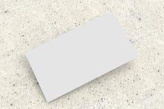 Cartão branco na superfície concreta, modelo imagem de stock