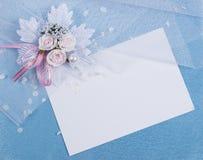 Cartão branco para felicitações em um azul Imagens de Stock
