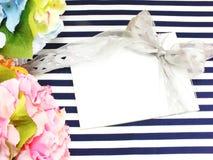Cartão branco vazio com as flores artificiais bonitas e Empty tag para seu texto Foto de Stock Royalty Free