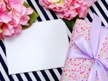 Cartão branco vazio com as flores artificiais bonitas e Empty tag para seu texto Imagens de Stock Royalty Free