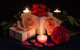 Cartão brilhante com rosas, presentes e velas Fotos de Stock