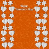 Cartão brilhante do dia de Valentim com as festões brancas dos corações e das flores Imagens de Stock