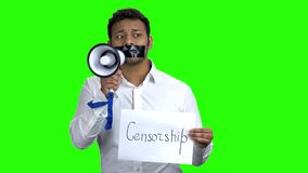 Cart?o censurado da terra arrendada do homem com censura da inscri? vídeos de arquivo