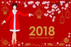 Cartão chinês feliz do ano novo Menina asiática bonita no vestido festivo, em sakura de florescência e em lanternas orientais no  Fotografia de Stock Royalty Free