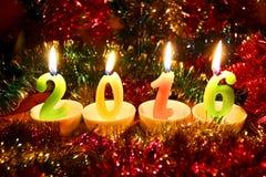 Cartão colorido festivo com velas 2016 no fundo do ouropel do Natal Imagens de Stock Royalty Free