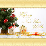 Cartão com árvore de Natal, caixa de presente do ouro, bolas, urso do brinquedo, doces e decorações na tabela branca do vintage r Imagens de Stock Royalty Free