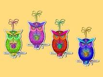 Cartão com as corujas brilhantes, coloridas ilustração royalty free