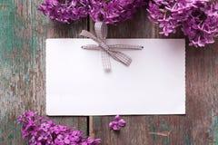 Cartão com as flores lilás elegantes e Empty tag para o texto Imagens de Stock Royalty Free