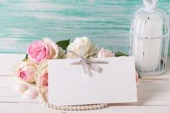Cartão com as flores, vela e Empty tag doces das rosas para você Imagens de Stock Royalty Free