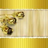 Cartão com as rosas douradas no fundo de madeira Foto de Stock