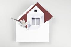 Cartão com casa e flor ilustração royalty free