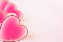 Cartão com corações cor-de-rosa blured na esquerda imagens de stock