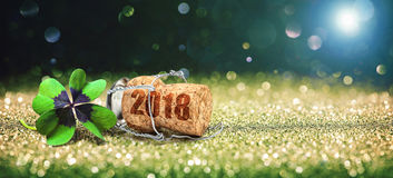 Cartão com cortiça do trevo e do champanhe de quatro folhas Foto de Stock Royalty Free