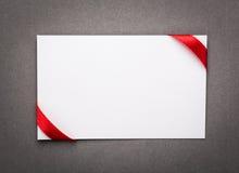 Cartão com curvas vermelhas das fitas Fotografia de Stock Royalty Free
