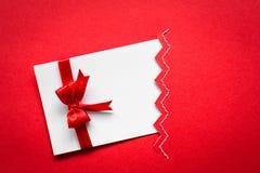 Cartão com curvas vermelhas das fitas Fotografia de Stock