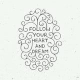 Cartão com elemento tirado mão do projeto da tipografia para cartões, cartazes e cópia Siga seus coração e sonho no backg do vint Fotografia de Stock