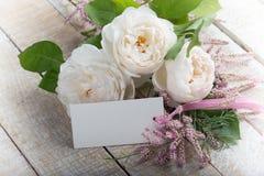 Cartão com flores elegantes e Empty tag para seu texto Imagens de Stock