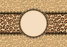 Cartão com fundo da textura do leopardo e quadro do laço Fotos de Stock Royalty Free