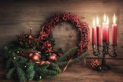 Cartão com gaultheria, poinsétia e decorati do Natal imagem de stock royalty free