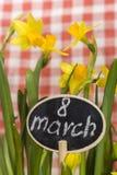 Cartão com inscrição o 8 de março e narcisos amarelos Fotografia de Stock