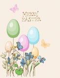 Cartão com ovos, borboleta da Páscoa, flores no fundo bege Imagens de Stock