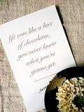 Cartão com palavras de Forrest Gump e da flor fotografia de stock royalty free