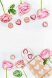 Cartão com rosas cor-de-rosa, coração do chocolate, o saco de compras de papel e o texto para você e com amor no fundo de madeira Fotos de Stock