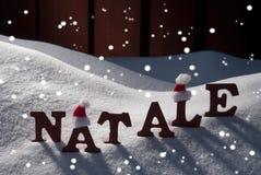 Cartão com Santa Hat And Snow, Natale Mean Christmas, flocos de neve Fotografia de Stock