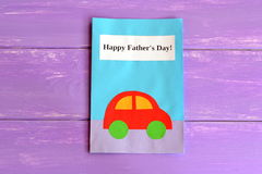 Cartão com texto Father& feliz x27; dia de s Cartão isolado no fundo de madeira roxo Fotos de Stock Royalty Free