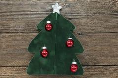 Cartão com uma árvore de Natal, bolas do Natal no fundo de madeira Imagens de Stock
