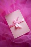 Cartão cor-de-rosa com curva do cetim imagens de stock royalty free