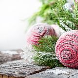 Cartão da celebração com bolas e abeto cor-de-rosa Imagem de Stock