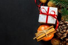 Cartão da composição do ano novo do Natal Caixa de presente dos ramos de árvore do abeto dos cones do pinho das varas de canela d Imagens de Stock Royalty Free