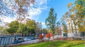 Cartão da Espanha Vista da rua de Alfonso XII do interior de uma da cidade de parques principais do ` s do Madri, parque de Retir Imagem de Stock