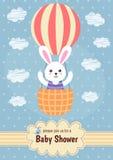 Cartão da festa do bebê com um voo bonito do coelho no balão ilustração royalty free