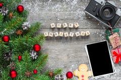 Cartão da foto do Natal inscrição do Feliz Natal com árvore de abeto fotografia de stock royalty free