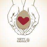 Cartão da Páscoa com as mãos humanas que guardam o ovo feito malha Fotos de Stock Royalty Free