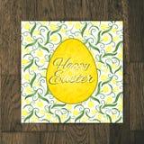 Cartão da Páscoa com as tulipas amarelas no fundo de madeira Imagens de Stock