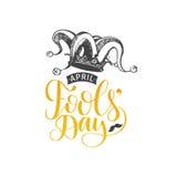 Cartão da rotulação da mão do dia de April Fools Vector o fundo festivo da caligrafia com ilustração do chapéu do bobo da corte Foto de Stock Royalty Free