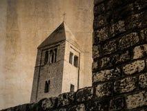 Cartão da torre de sino da igreja de St Andrew em Rab, Croácia, no sepia imagens de stock royalty free