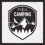 Cartão de acampamento da aventura Explorador selvagem Badge da montanha com floresta, montanhas e águia Agradável para o presente ilustração royalty free