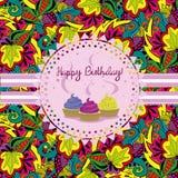 Cartão de aniversário brilhante, convite com queques e fitas Doodle o fundo floral Imagens de Stock