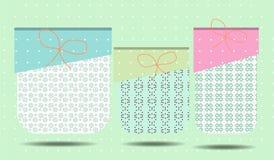 Cartão de aniversário com três presentes, teste padrão romântico Fotos de Stock Royalty Free