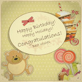 Cartão de aniversário do vintage - com urso, doces e bolo Fotos de Stock Royalty Free