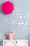 Cartão de aniversário Cartão nas cores pastel com feliz aniversario das palavras Uma caixa cor-de-rosa grande do balão e da flor Fotografia de Stock