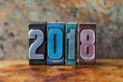 cartão de 2018 anos Dígitos coloridos da tipografia no fundo oxidado do metal Cartaz retro do xmas do projeto do estilo Profundid Imagem de Stock